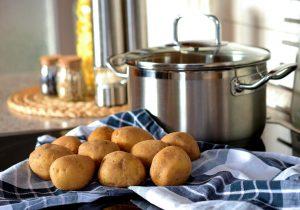 marmite et pommes de terre prêtes pour une cuisson à la vapeur