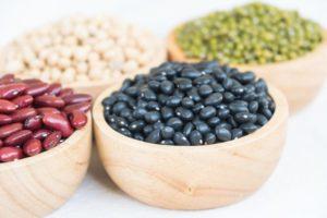 quatre bols de graines de légumineuses comme des haricots ou des fèves