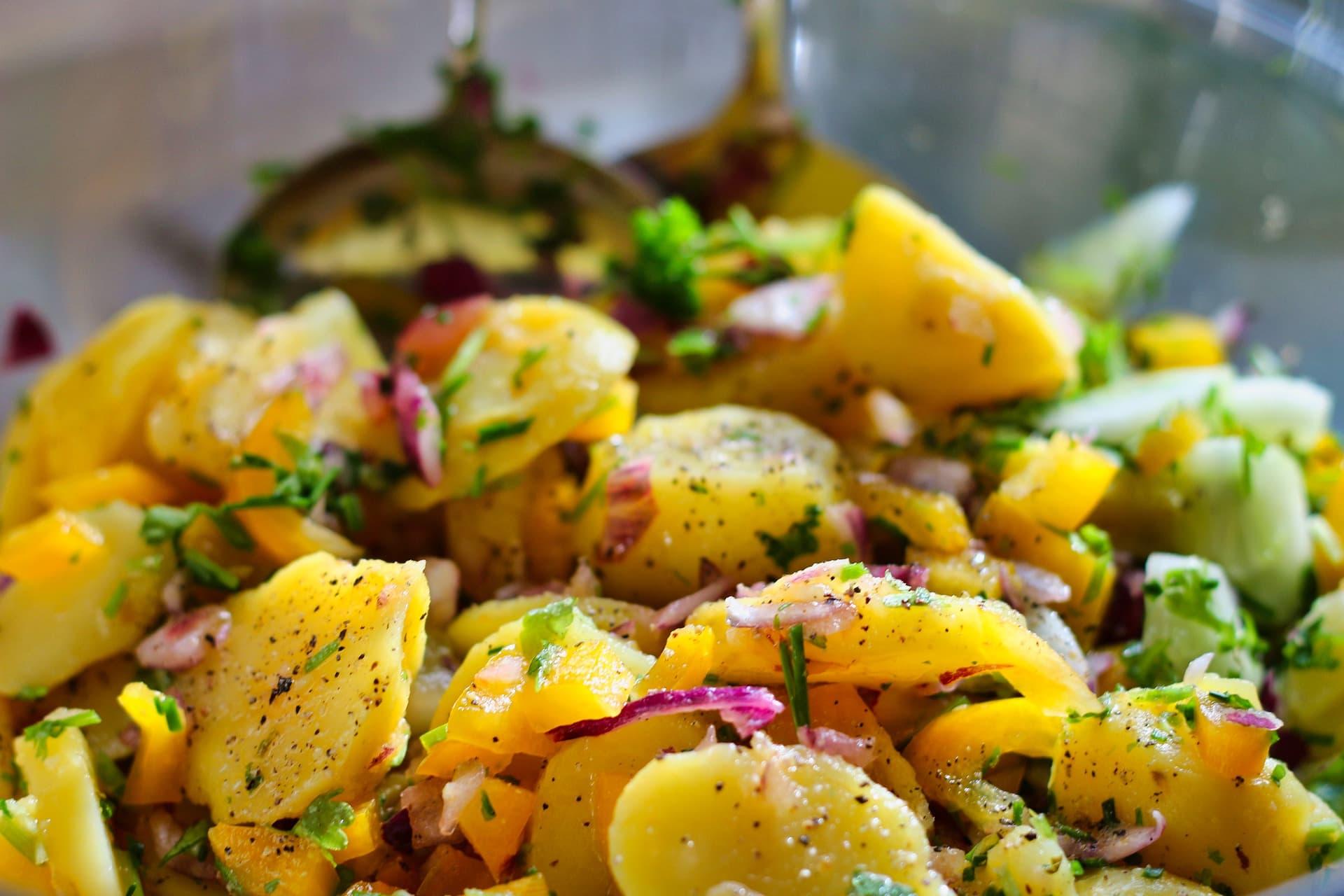 gros plan sur une salade de pommes de terre