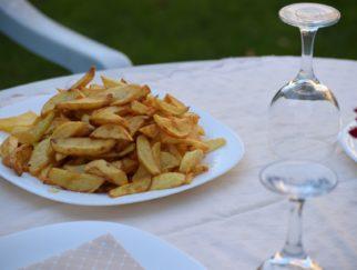 belle assiette pleines de frites prêtes à être dégustées