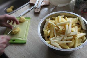 pommes de terre coupées en bâtonnets pour faire des frites